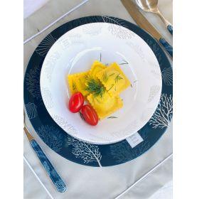 assiettes ton bleu marine et blanc à motifs coraux